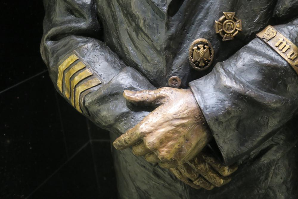 Lemmy-Statue-Arms-2.jpg